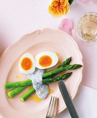 話題のスーパーフードで毎日ごはんをグレードアップ! アスパラと卵のサラダ チアシードソース