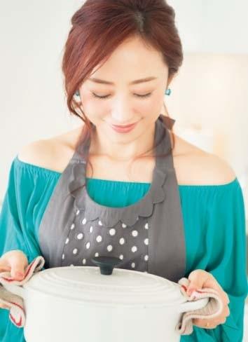 神崎恵流! 恋の温度を上昇させる、色っぽ料理コーデとは?