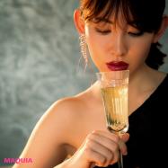 バーでの大人デートは色気とかっこいい女をかなえるリップで!メイクIQの高い逸品で計算高い唇に