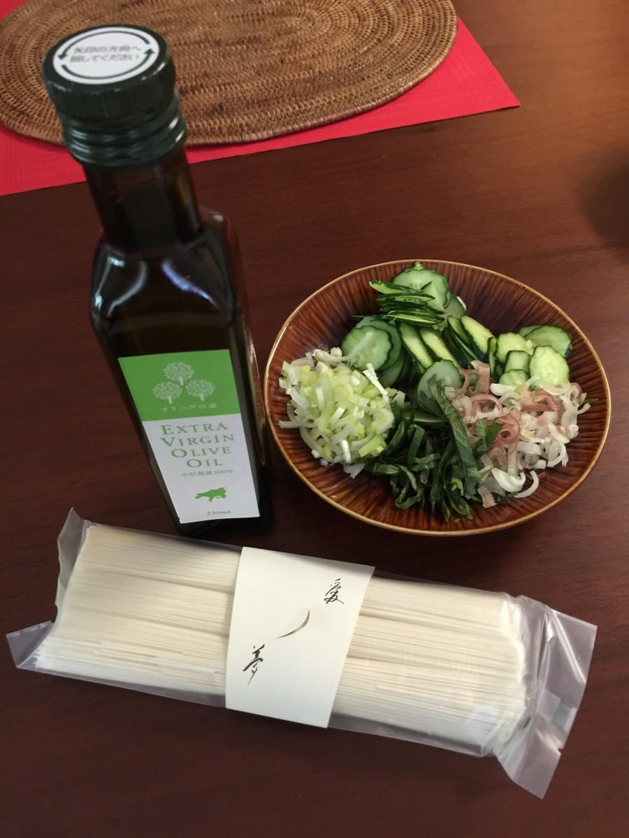 小豆島から届いたオリーブオイルと、まろやかオリーブオイルを練り込んだ手延べ素麺でひんやり夏のお昼