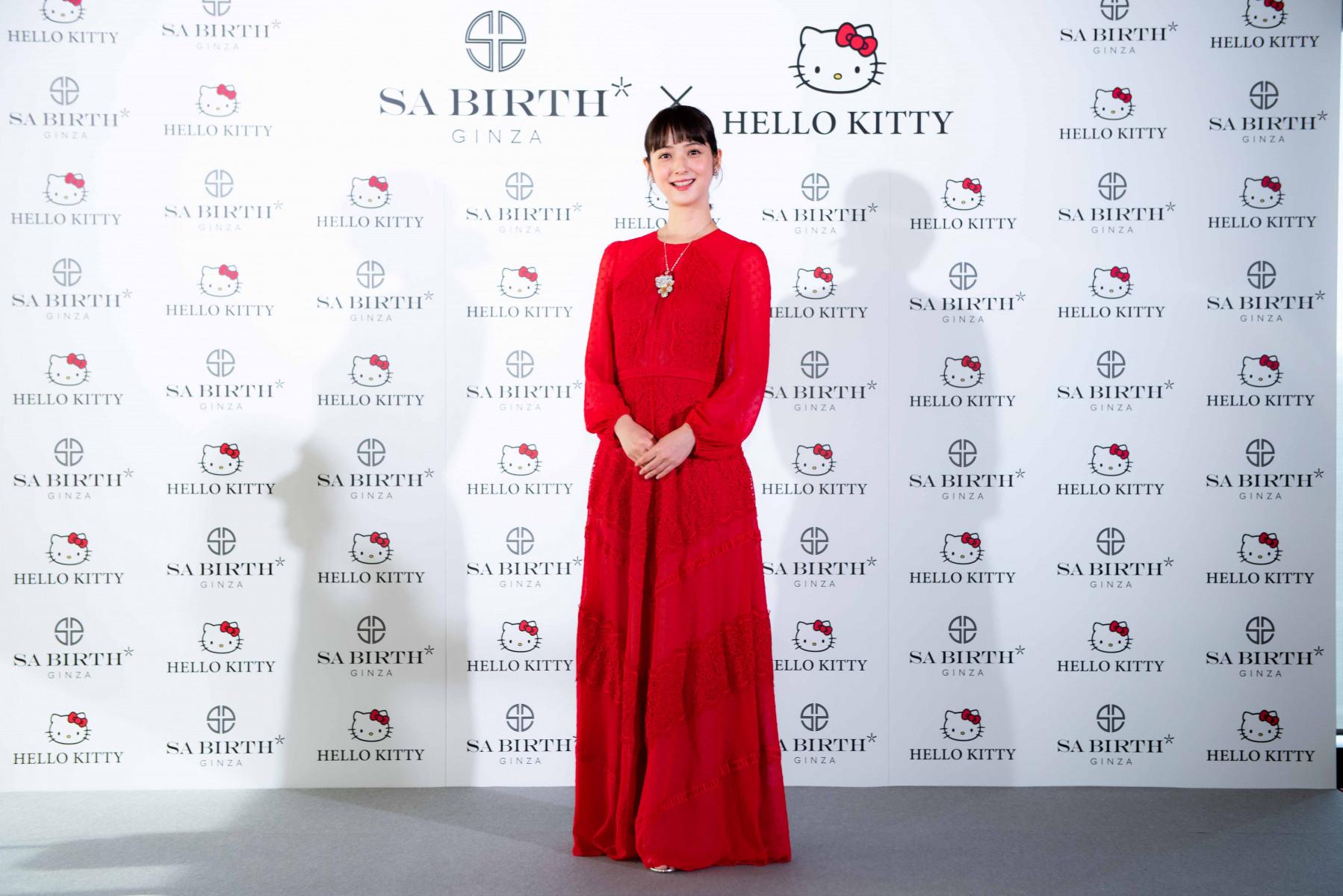 赤いドレスを着用した佐々木さん