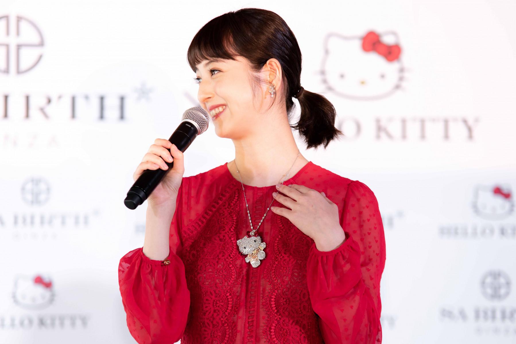 ネックレスについて語る佐々木希さん