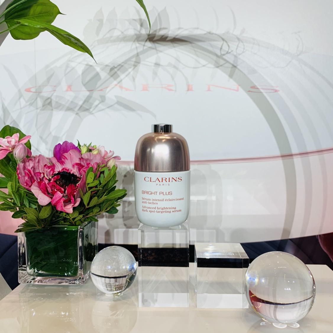 クラランスの「酸素美白」に絶対の信頼感。シミ・ソバカスの根源にアプローチし、あふれる透明感を手に入れる! #金曜日の肌投資コスメ
