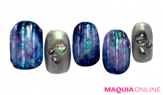 オーロラの星空とメタリックな輝きに、神秘的な宇宙を感じる「ムーン」ネイル