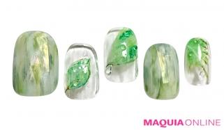 光を受けて、緑に映える、爽やか「水滴ネイル」