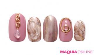 大理石とゴールドで高級感あふれる、甘さ控えめ「大人ピンク」ネイル