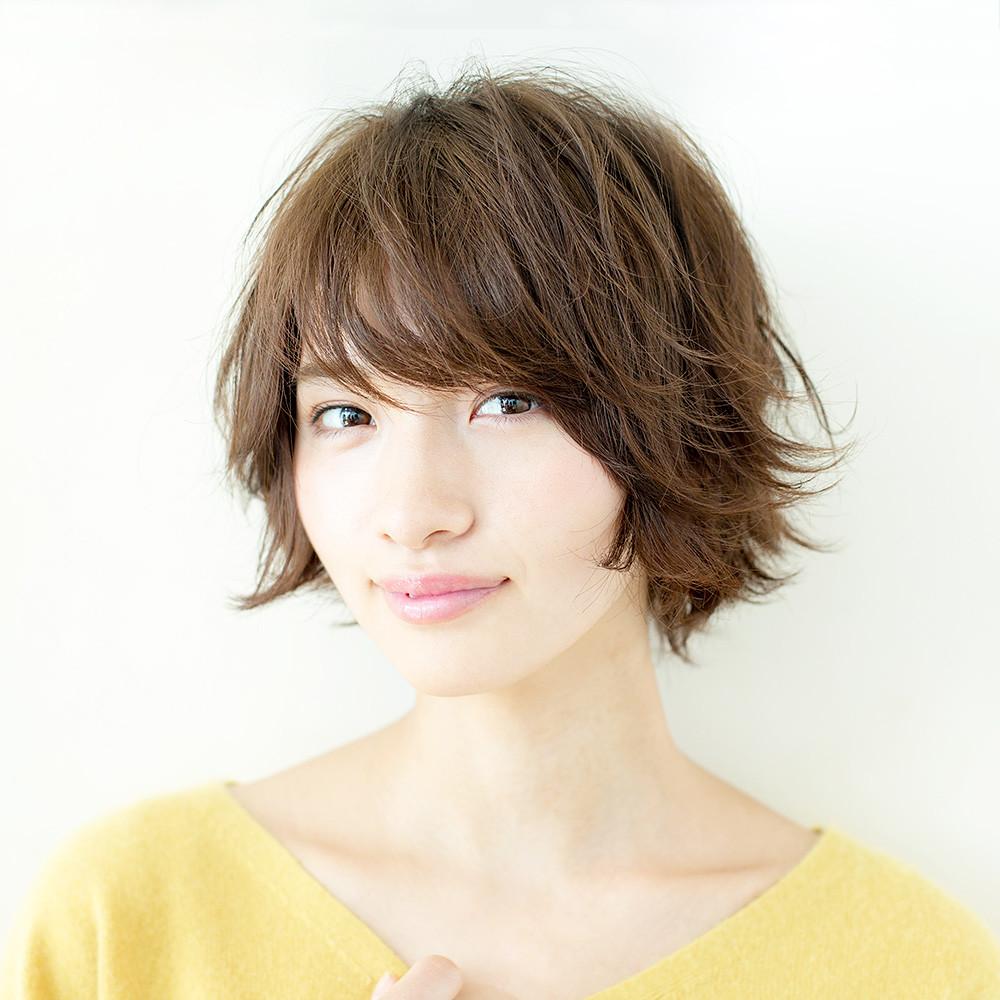 ネックラインも美しく見せる、色っぽカジュアルなスウィングショートヘア