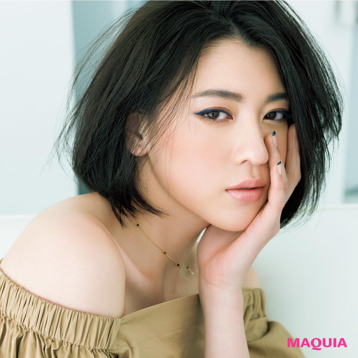 目元のイメージ変幻自在。三吉彩花さんが魅せるネイビーアイライナーを使った夏メイク