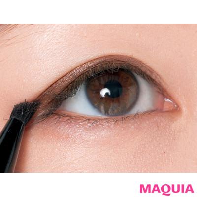 二重の目尻側にやや斜めになるように、シャドウライン感覚で塗る