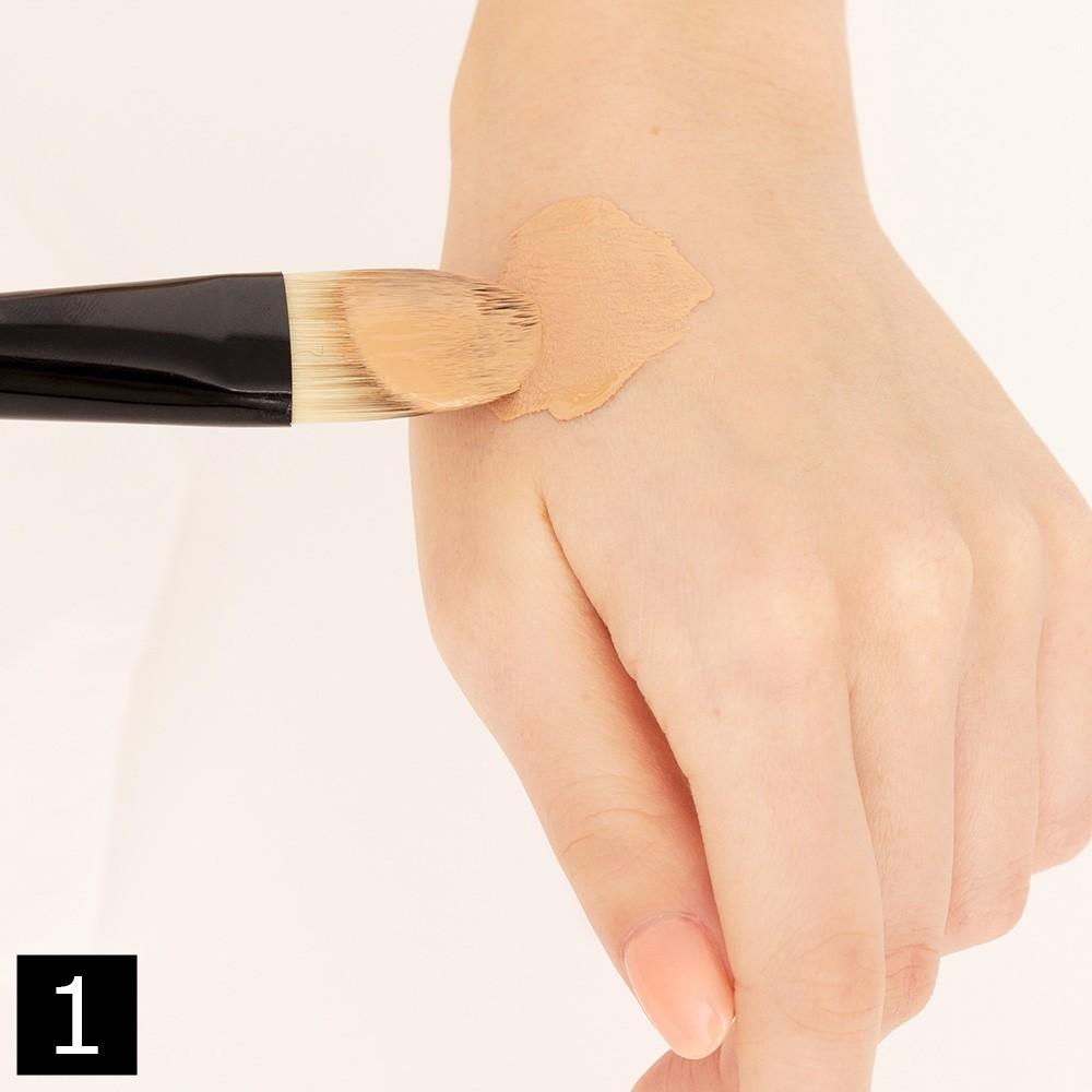 ブラシ使いで、よりキレイな肌に仕上がるリキッドファンデーションの塗り方のコツ_1_1