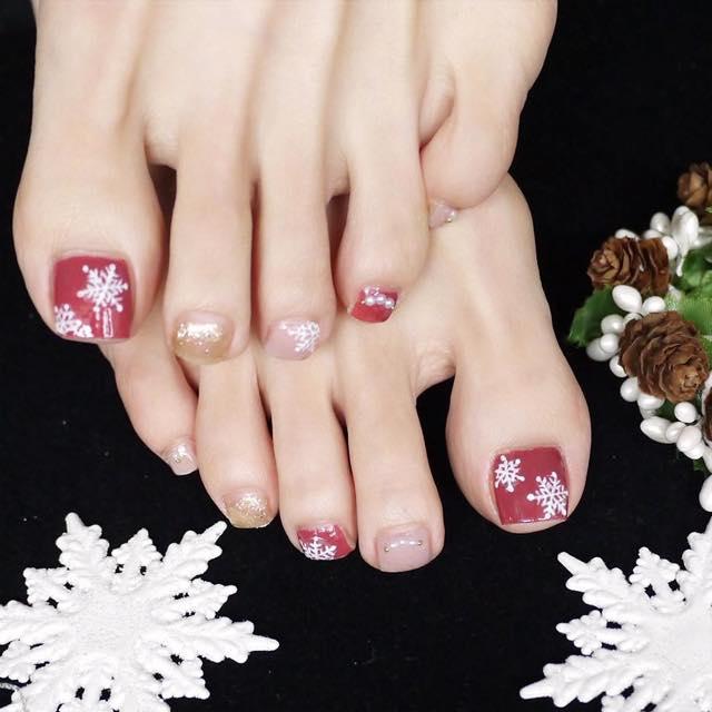 手描きの雪の結晶で大人可愛く! 王道カラーが映えるクリスマスフットネイル【ギ☆のセルフネイル手本帖】