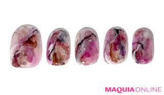 やさしく儚い花びらみたいな「大理石」ネイルで、色っぽさと透明感を手に入れて