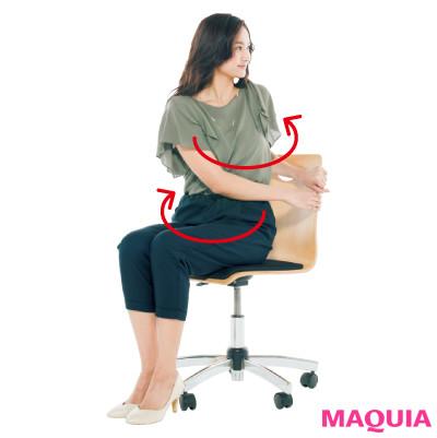 【立ったまま・座ったまま腹筋】正面向きで椅子に座り、両手で背もたれの左側をつかむ