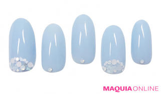 白い砂浜に、青く美しい「ラグーン」ネイル