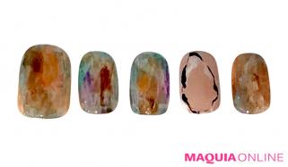 透明感のある輝きで、美しい天然石みたいな「オーロラ」ネイル