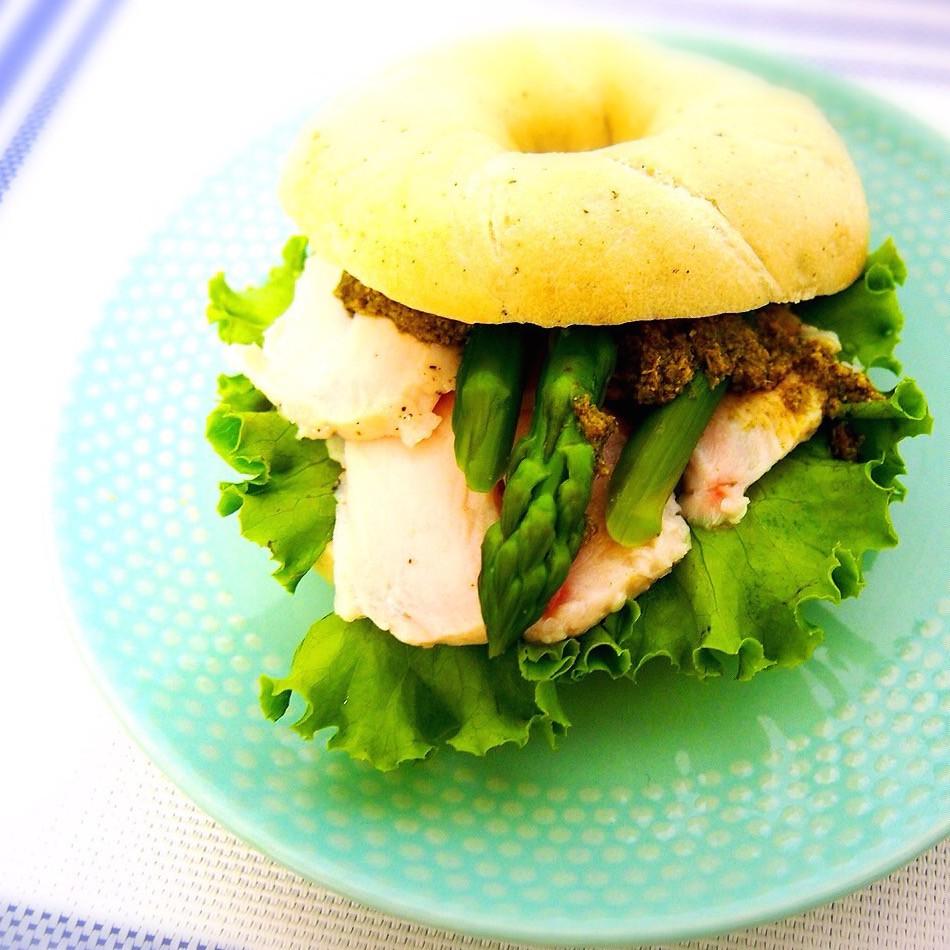 緑黄色野菜たっぷり!美肌効果も♪「バジルチキン&キャロットラペ」ベーグルサンド2レシピ❤︎
