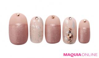 メタリックな輝きを味方に、シャープに艶めく「大人ピンク」ネイル