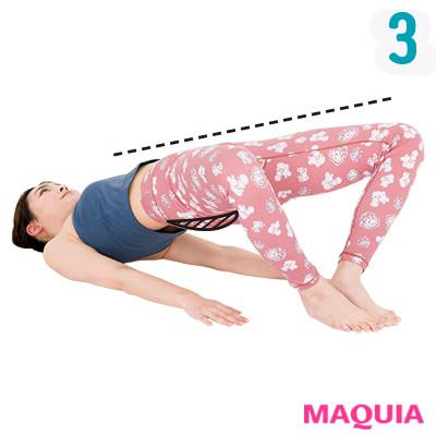 息を吸いながら膝をゆっくり開いて、2〜3秒キープ