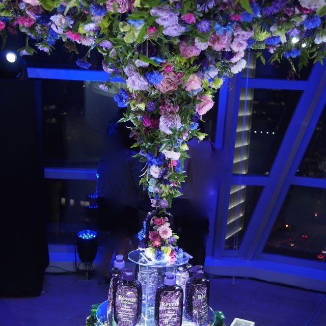 世界初の生シャンプー発売を祝福する美しい花々のオブジェ。シャンプーも「生」の時代「レヴール フレッシュール」◆酸化を防ぎ鮮度を保つ真空容器がスタイリッシュ!4/10新発売