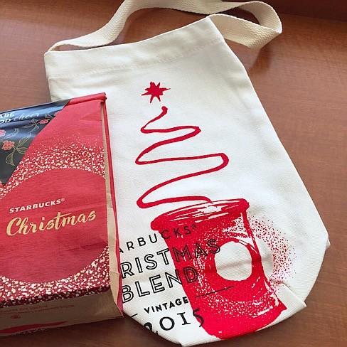 スタバトートバッグが無料プレゼント!トートバッグは3種類🎄クリスマスブレンドのVIA12本入りやコーヒー豆等プレゼント対象商品が他にも。今日から配布なのスタバファンの方お早めに!