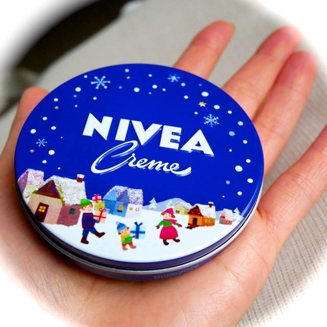 今年のニベアクリーム限定柄のテーマは〈家族のプレゼント〉デザインストーリーをご紹介。歴代の限定デザイン缶の写真もとってもかわいいので見てね!