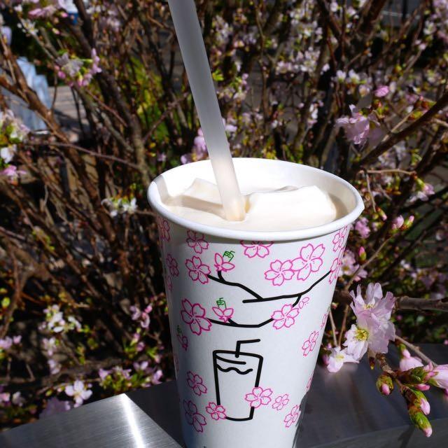 屋外で春の風を浴びながら。シェイク シャックの春限定「Shack-ura Shake(シャクラ シェイク)」毎日お店で作られるフレッシュなアイスクリームから作るからこんなにおいしいのか。「フローズンカスタード」の 人気味「バニラカスタード」と薄紅色の桜ジャムの最高タッグ。