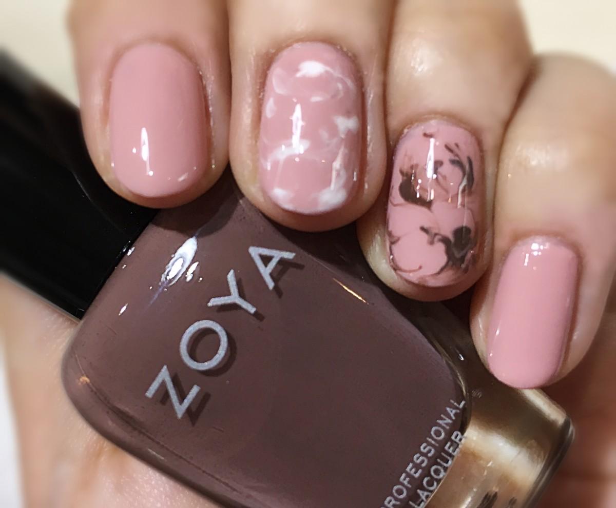 メイクに合わせたくすみピンクやアイシーカラーのネイルで指先から春モード!