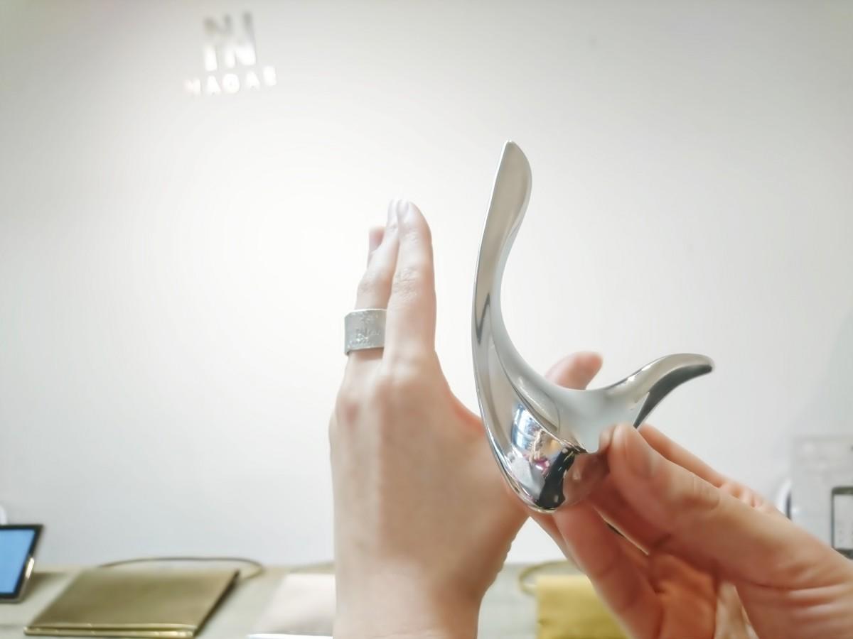 今月のMAQUIAに掲載中!まるで手のような芸術的な形「NAGAE+」のアルミマッサージツール