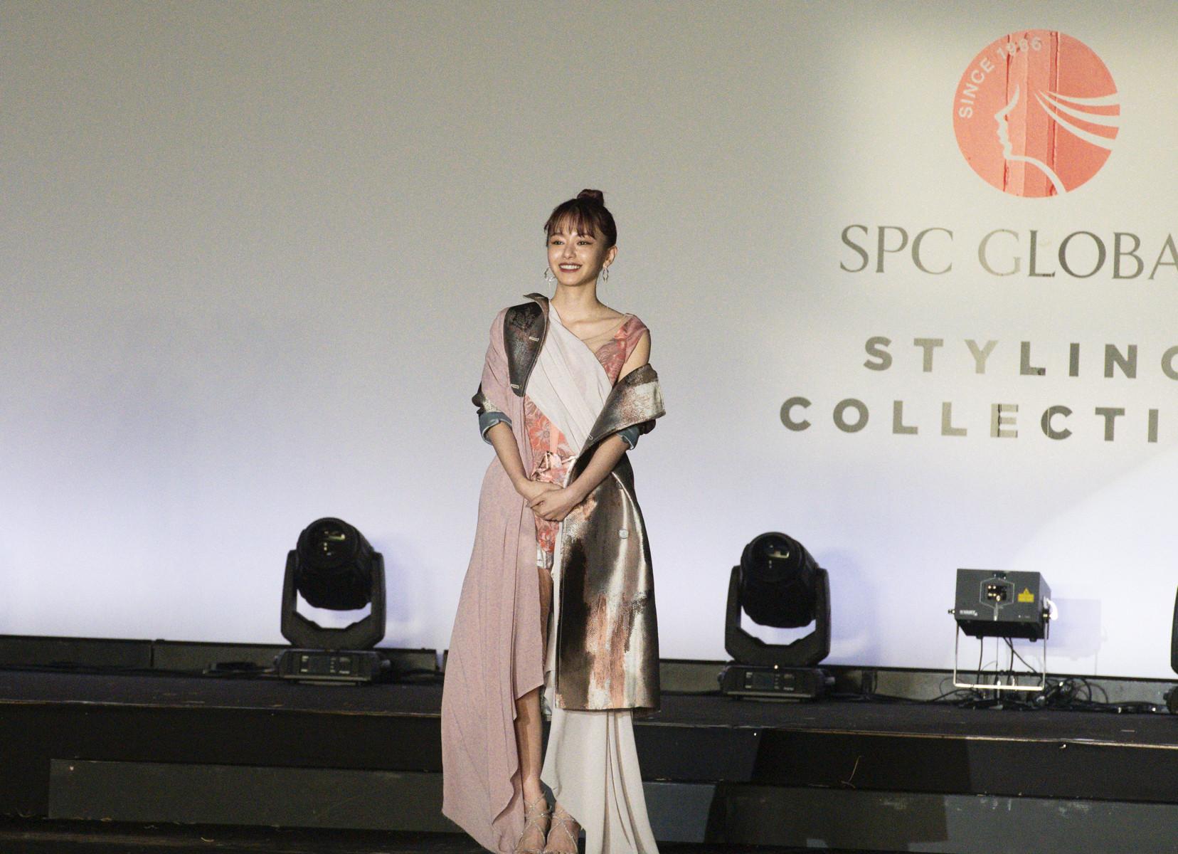 山本舞香さんがドレス姿で登場