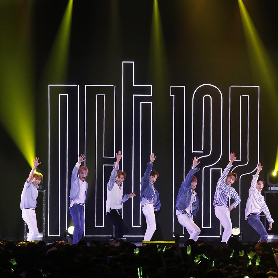 驚きに満ちた構成、展開……デビュー直前ショーケースでその真価を確認! 韓国発、グローバルビジョンの 新世代グループ「NCT 127」が熱い