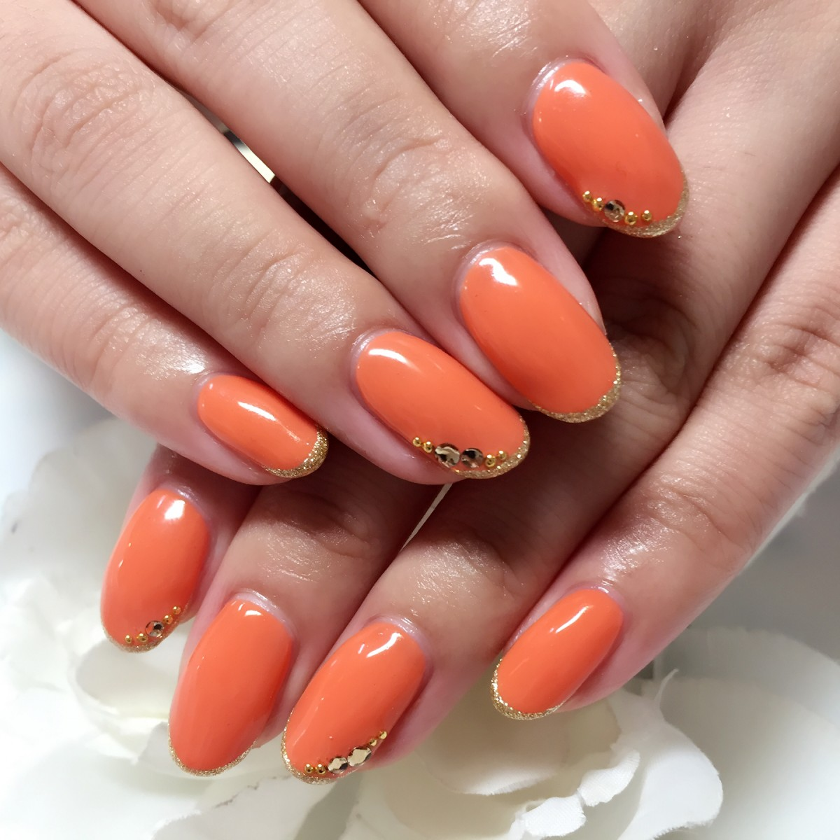 単色鮮やかネイルもエレガントに♡夏のオレンジネイル