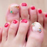 【夏ネイル】赤×白ドロップネイル×カラフルパーツで涼しげ夏ペディキュア