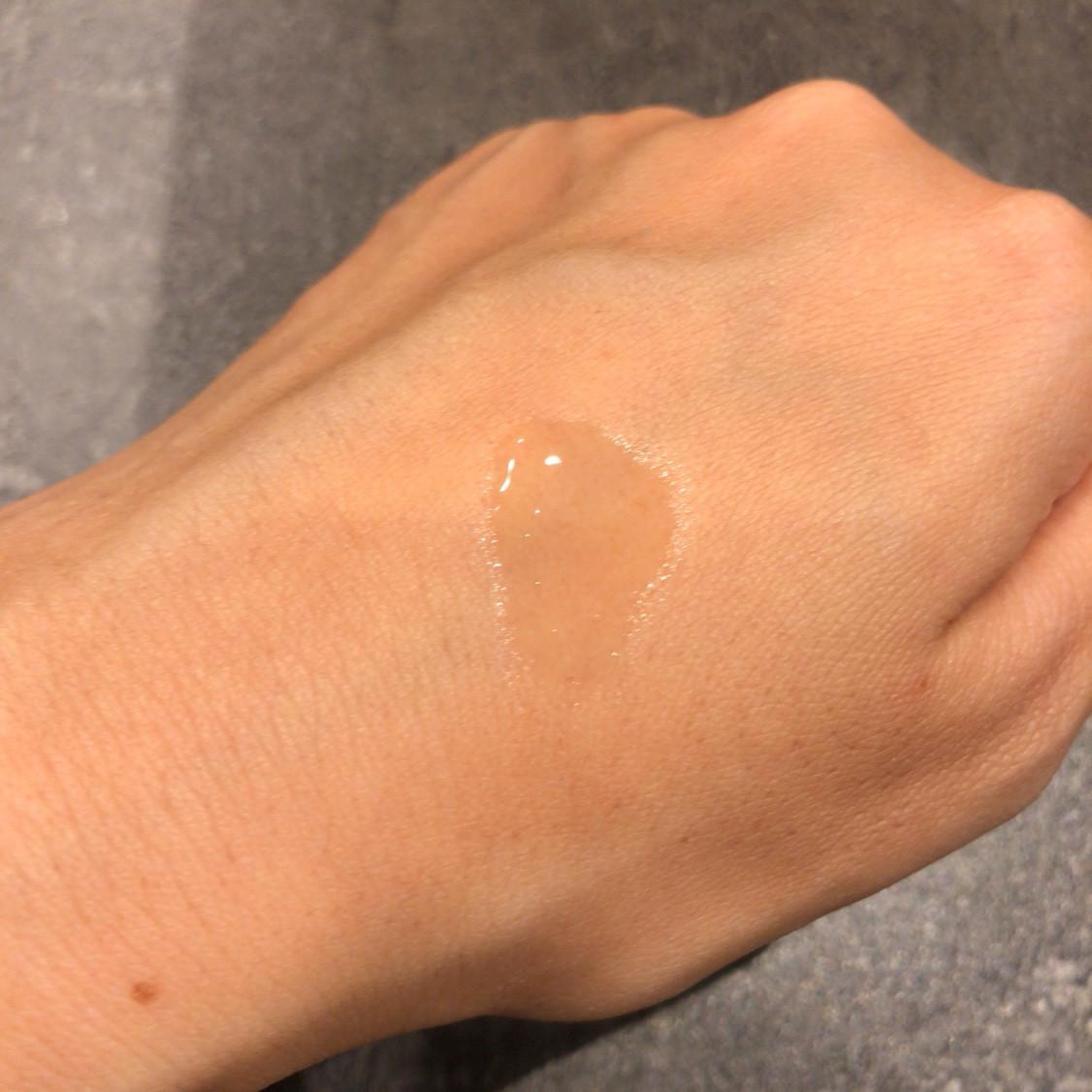 ちなみにこのビタミンC化粧水を推したのは我が家の旦那。  ★しっかり塗ってもベタつきが残りにくい  サラっとしたテクスチャー。