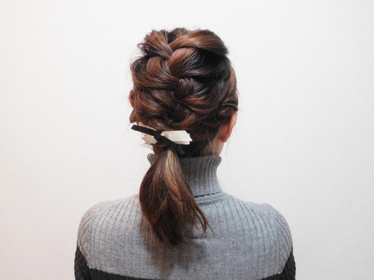 デートにも!編み込み×ロープ編みでガーリーな一つ結びヘアアレンジ