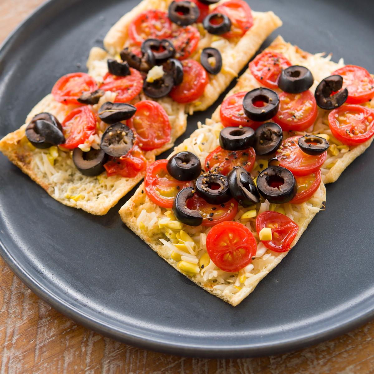 【ダイエットにもおすすめの食事やメニューは? Atsushi流レシピ】_豆もやし+トマト「豆もやしとトマトの油揚げマヨピザ」