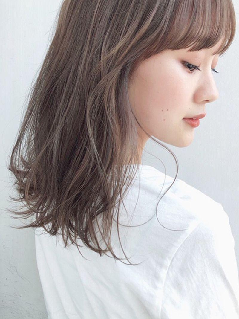 【ヘアカタログ | 髪型別・前髪ありのおすすめヘアスタイル・ヘアアレンジまとめ】ミディアム_潤いと揺れ感で差をつける、アイロン仕上げのラベンダーミディアム2
