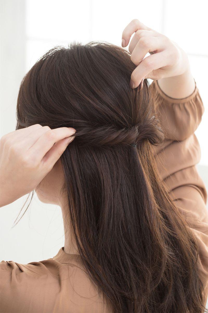 【ヘアカタログ | 髪型別・前髪ありのおすすめヘアアレンジまとめ】ねじりハーフアップで、大人のロマンティックスタイル_4