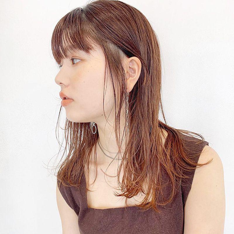 【ヘアカタログ | 髪型別・前髪ありのおすすめヘアアレンジまとめ】ロング_タイト×ウェット仕上げでクールに決める、フリンジレイヤースタイル2