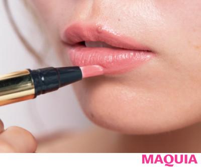 【長井かおりさんのメイクテク | アイシャドウ、チーク、リキッドファンデーションの使い方】筆ペンリップで唇にぽってり厚みを_1