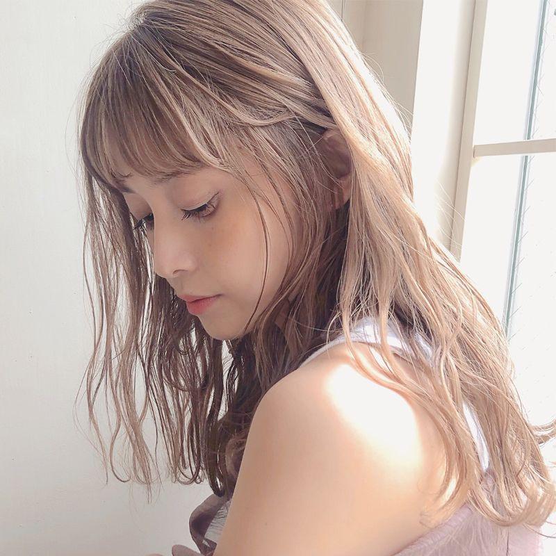 【ヘアカタログ | 髪型別・前髪ありのおすすめヘアアレンジまとめ】ロング_上質な輝きで仕上げるハイトーンロング
