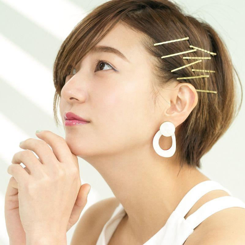 【ヘアカタログ | 髪型別・前髪ありのおすすめヘアアレンジまとめ】_ゴールドピンがポイント! ヘルシーヘアアレンジ2