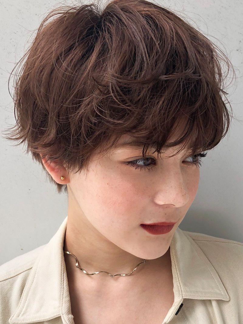 【ヘアカタログ | 髪型別・前髪ありのおすすめヘアアレンジまとめ】ショート_甘めにもクールにも表情が変わる、スタイリング自在のマッシュショート2