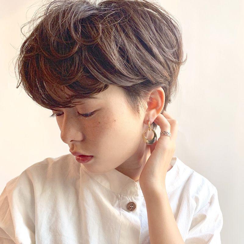 【ヘアカタログ | 髪型別・前髪ありのおすすめヘアアレンジまとめ】ショート_クール&セクシーな魅力を放つ、都会顔のエアリーショートヘア2