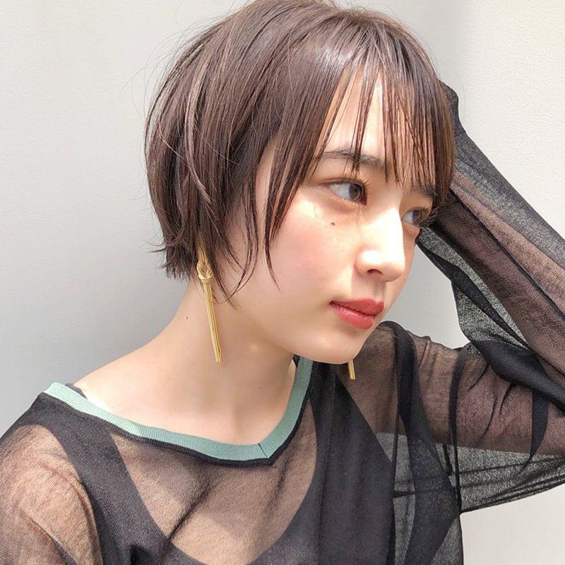 【ヘアカタログ | 髪型別・前髪ありのおすすめヘアアレンジまとめ】ショート_ソフトな透け感がちょうどいい、タイト仕上げのシースルーショート2