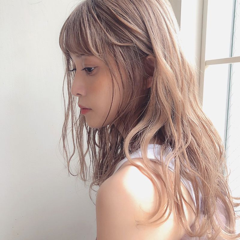 【ヘアカタログ | 髪型別・前髪ありのおすすめヘアアレンジまとめ】ロング_上質な輝きで仕上げるハイトーンロング2