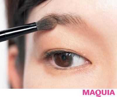 【長井かおりさんのメイクテク | アイシャドウ、チーク、リキッドファンデーションの使い方】眉底に自然な影をプラス_