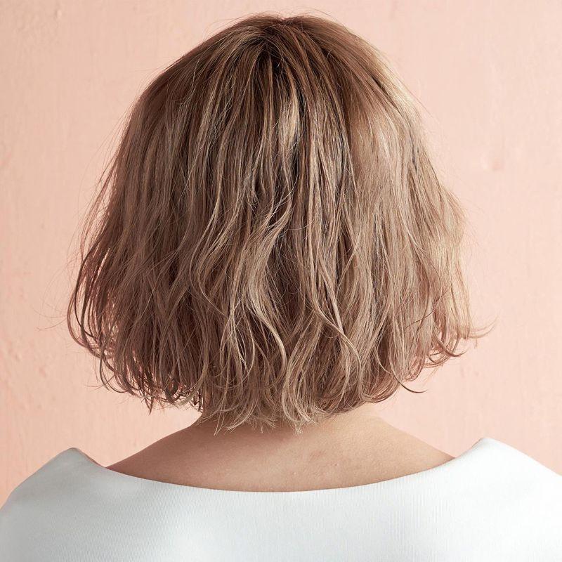 【2020年春夏におすすめのヘアスタイル】ボブヘア_のばしかけバングにおすすめ! 小顔仕上げのゆるふわセンターパートボブ_2