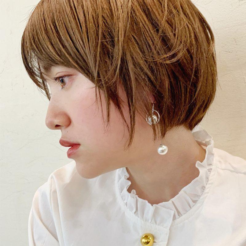 【ヘアカタログ | 髪型別・前髪ありのおすすめヘアアレンジまとめ】ショート_ワンカールでフワ質感! おしゃれな色気が香るゆるウェーブショート2