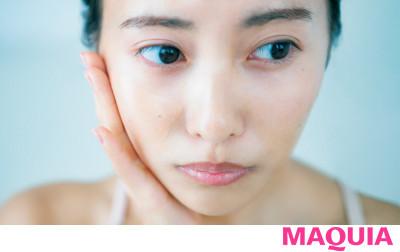 【ベースメイクのやり方 | 自然な血色感とツヤのある肌の作り方まとめ】美容液ファンデを顔の中央のみに薄膜塗り_1