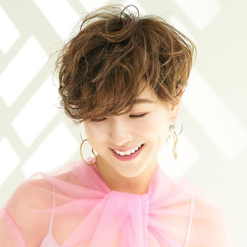 【ヘアカタログ | 髪型別・前髪ありのおすすめヘアアレンジまとめ】_ショートでもふわふわな巻き髪アレンジ2